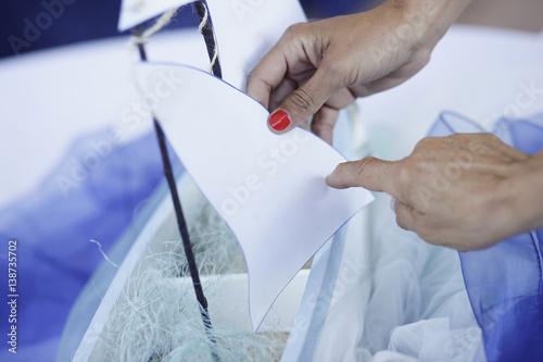 Fotografía  una mano indica qualcosa , sfondo blu su un foglio di carta