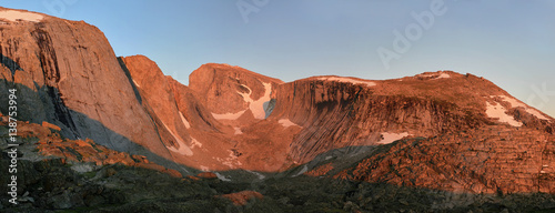 Photo  alpenglow on cliffs