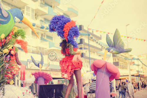 Photo Blurry defocused silhouette of unrecognizable joyful dancing woman wearing carnival feathers costume on sunny street outdoors background