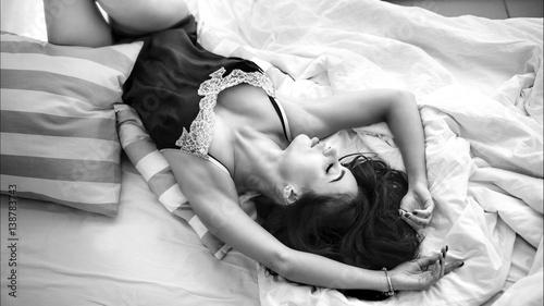 Fotomural Девушка в постели