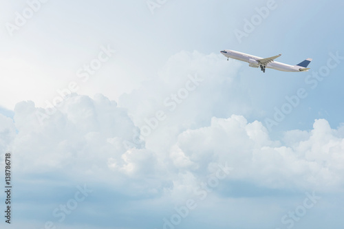 Poster Avion à Moteur Commercial airplane flying over bright blue sky and white clouds. Elegant Design with copy space for travel concept