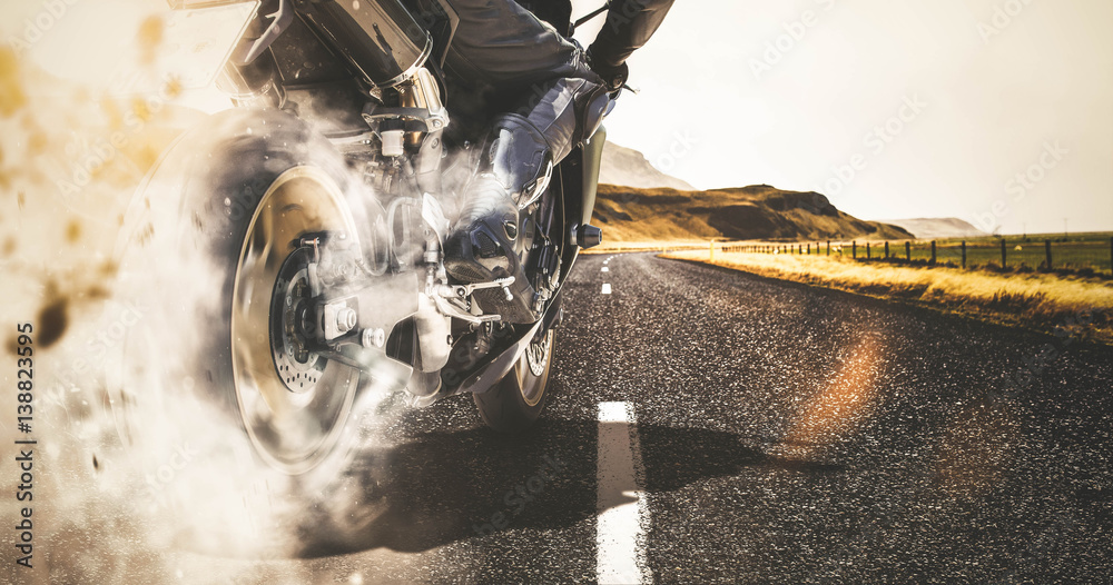 Fototapeta Motorrad Burnout auf Landstraße