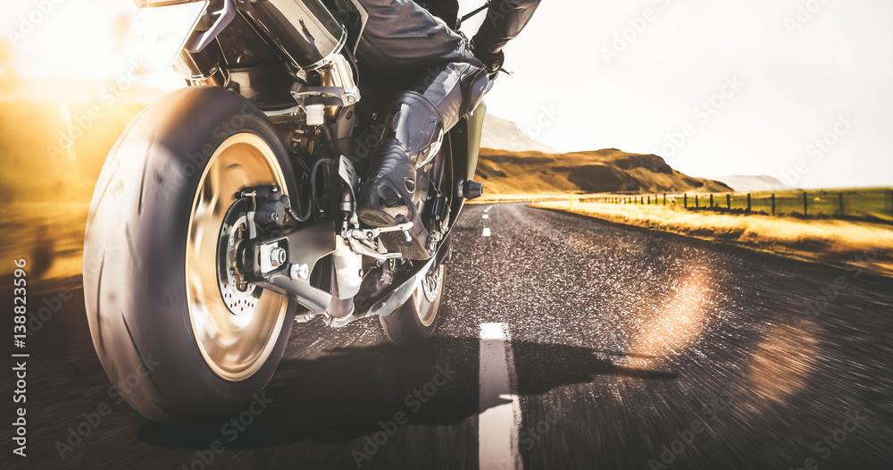 Fototapeta Schnelles Motorrad auf Landstraße mit Bewegungsunschärfe