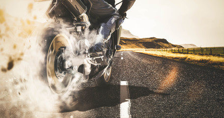 Motorrad Burnout auf Landstraße