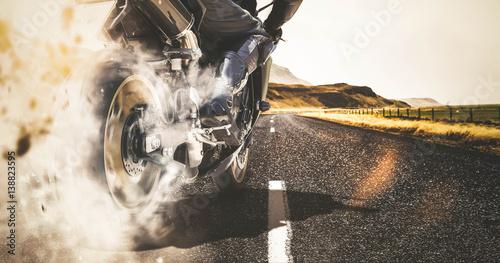 wypalenie-motocykla-na-wiejskiej-drodze