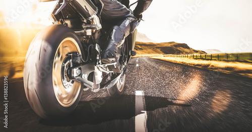 Foto  Schnelles Motorrad auf Landstraße mit Bewegungsunschärfe