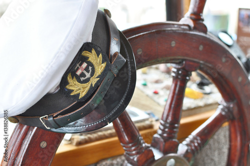 Fotografía  Captain's hat on steering wheel.