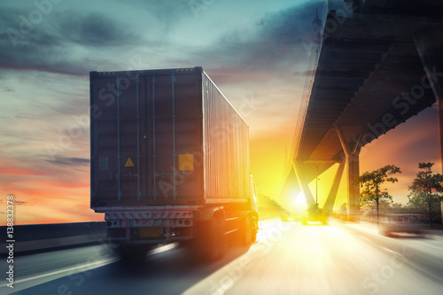 Plakat Ciężarówka kontenerowa na autostradzie.