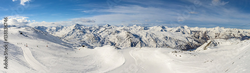 Tuinposter Wintersporten Panoramic view of mountain range with ski piste
