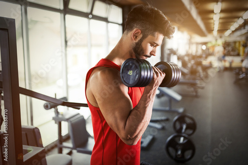 Poster Fitness Determined male working out in gym