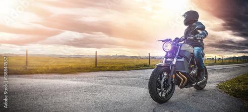 Zdjęcie XXL motocykl na drodze. bawiąc się jeżdżąc pustą drogą podczas wycieczki / podróży motocyklem