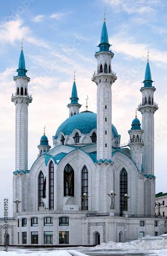 Obrazy na płótnie Canvas White mosque with minarets in Russia