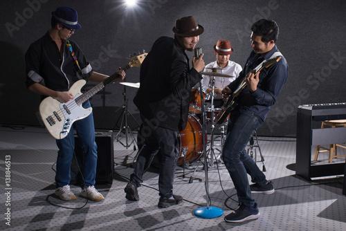 Plakat koncert zespołu chłopców w ciemności