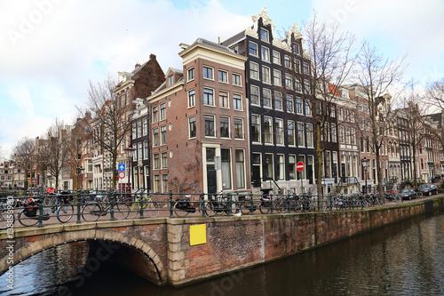 kanal-i-most-w-amsterdamie-na-tle-zachmurzonego-nieba