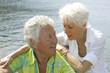 canvas print picture - Verliebtes, glueckliches Senioren Paar im Urlaub am Meer