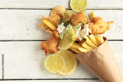 Plakat Smażone chipsy rybne chipsy rybne z frytkami widok z góry