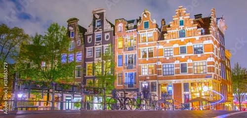 oswietlone-piekne-kamienice-w-amsterdamie