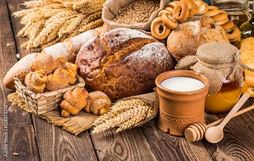stol-z-drewna-pelen-swiezego-pieczywa-i-klosow-pszenicy