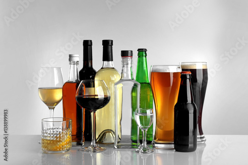 Fotomural  Glasses of wine and spirits on light background