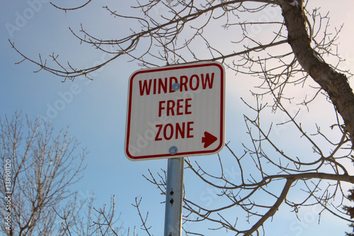 Fotografía  Windrow Free Zone Sign Against Blue Sky
