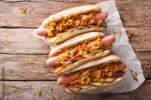 Fotografia Danish food: hot dogs with crispy onions and pickled cucumbers close-up