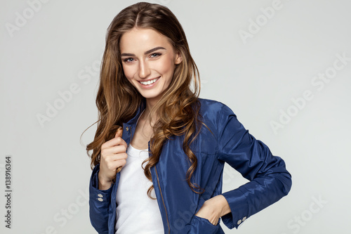 Fotografía  Beauty portrait of smiling female face with natural skin