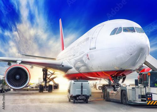 bialo-czerwony-samolot-pasazerski-przygotowuje-sie-do-startu