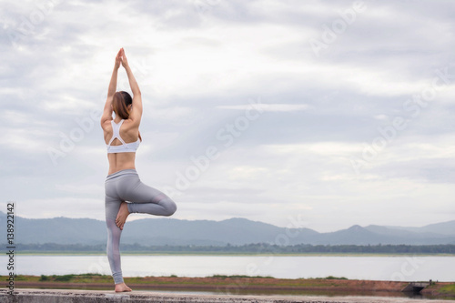 Staande foto School de yoga Asia woman doing yoga fitness exercise