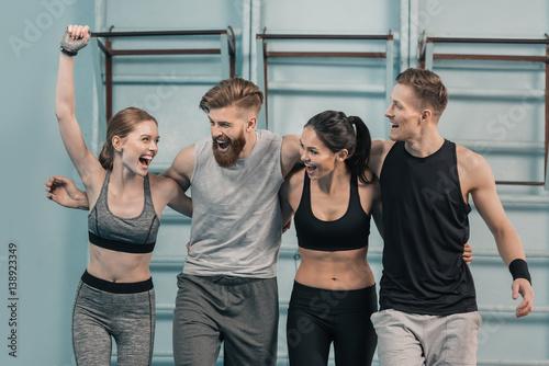 Foto op Plexiglas Fitness smiling sporty men and women in gym
