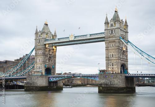 popoludniowy-widok-basztowy-most-w-londynskim-miescie
