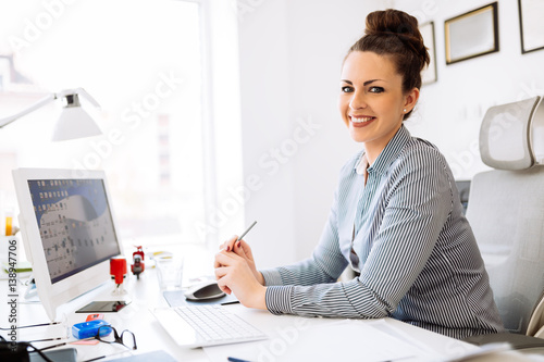 Fotografía  Accountant working in her office