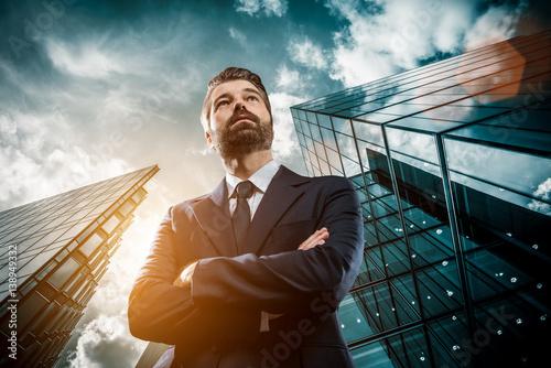 Pinturas sobre lienzo  Geschäftsmann vor Bürogebäude
