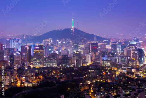 Tuinposter Singapore Seoul City Skyline and N Seoul Tower in Seoul in Misty day, South Korea.