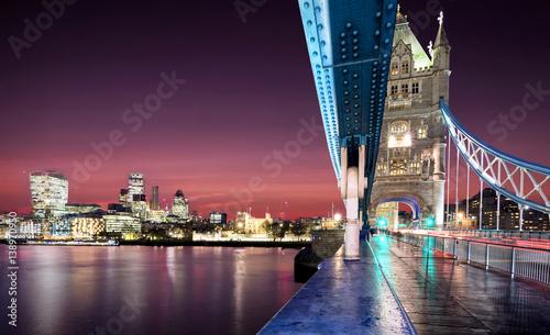 widok-z-tower-bridge-na-londyn-po-zachodzie-slonca