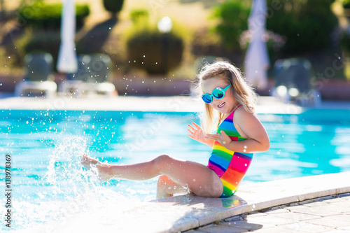 Photo  Child in swimming pool on summer vacation