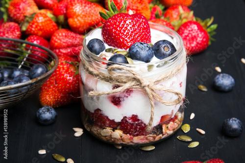 zdrowy-jogurt-z-musli-i-owocami