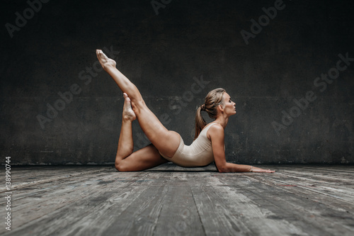 Poster Ecole de Yoga Young beautiful yoga posing in studio