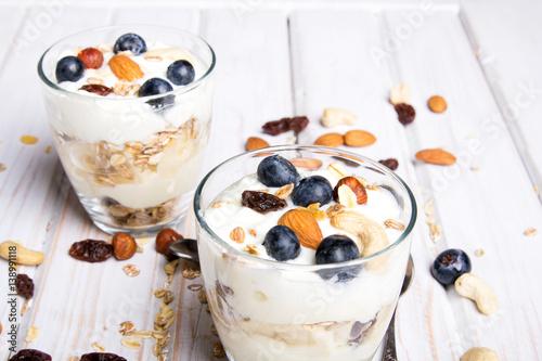 zdrowy-deser-z-jogurtem-orzechami-owsem-i-jagodami