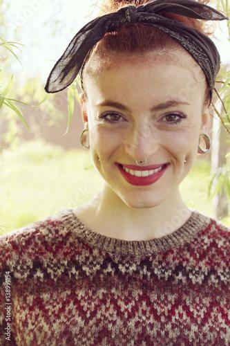 Preciosa chica alternativa  pelirroja con una amplia sonrisa Canvas-taulu