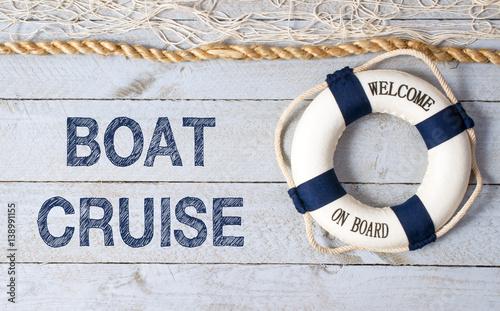 rejs-statkiem-witamy-na-pokladzie-kolo-ratunkowe-z-tekstem-na-drewnianym-tle