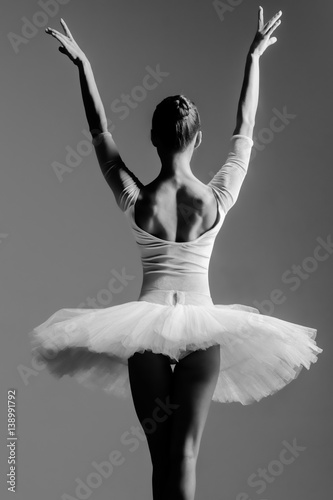 Carta da parati Young beautiful dancer posing in studio