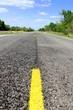 Einsamer Highway durch Waldlandschaft