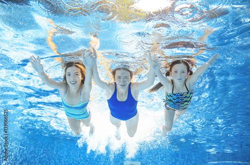 Plakat Rodzina pływa w basenie pod wodą, szczęśliwa aktywna matka i dzieci mają zabawę, fitness i sport z dziećmi na letnie wakacje