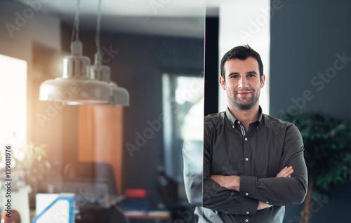 Fotografía  Confident businessman standing in his office