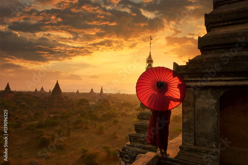 Photo  Novice Monk relaxing in ancient temple bagan on during sunset ,Bagan Myanmar,anc