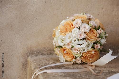 Valokuva  Romantico bouquet arancione e rosa con fiocchi sopra sopra muretto