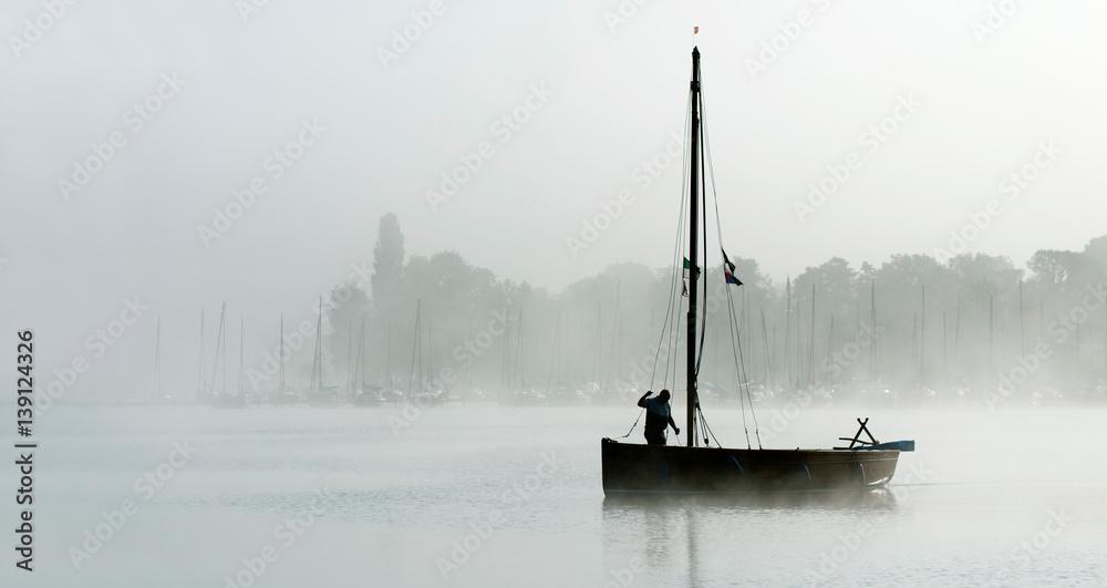 Fototapety, obrazy: Silhouette Fischer im Boot bei Morgennebel auf dem Steinhuder Meer