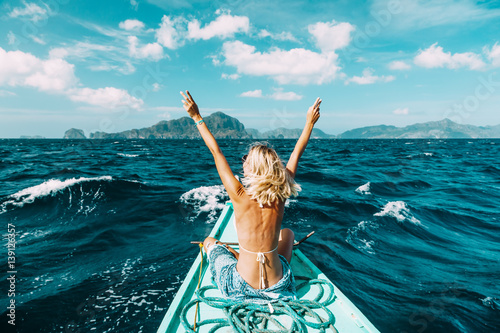Fotografia  Woman travelling on the boat in Asia