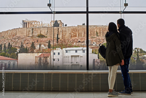Poster Artistique Young couple seeing the Acropolis in Athens.
