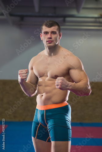 Obraz na plátně  Kick-boxer posing in fighting stance